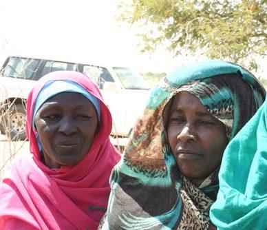 Tre kvinnor i färgglada kläder