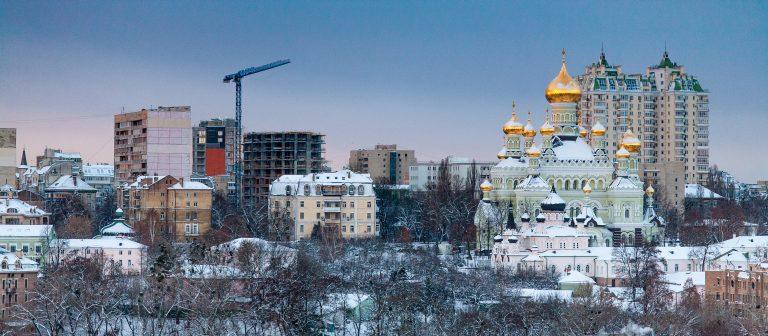 Bilden visar byggnader i Ukrainas huvudstad Kiev. Till höger syns Sofiakatedralen.
