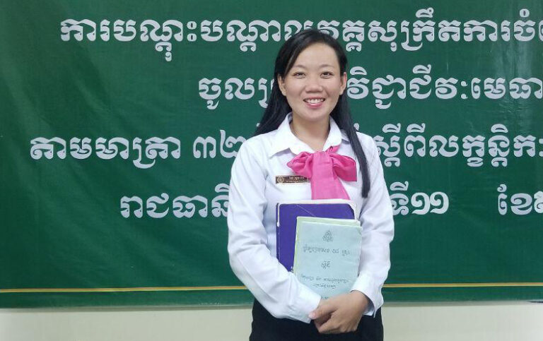 En ungkvinnlig jurist håller studielitteratur i händerna.
