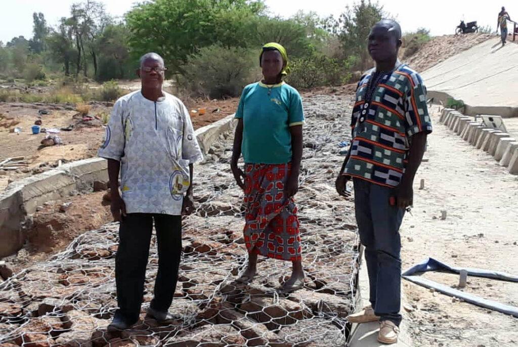 Emmaneul Idrissa Kongo och två andra styrelsemedlemmar i Boussoumas vattenanvändarförening.