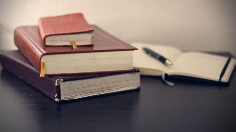 Böcker och en skrivbok